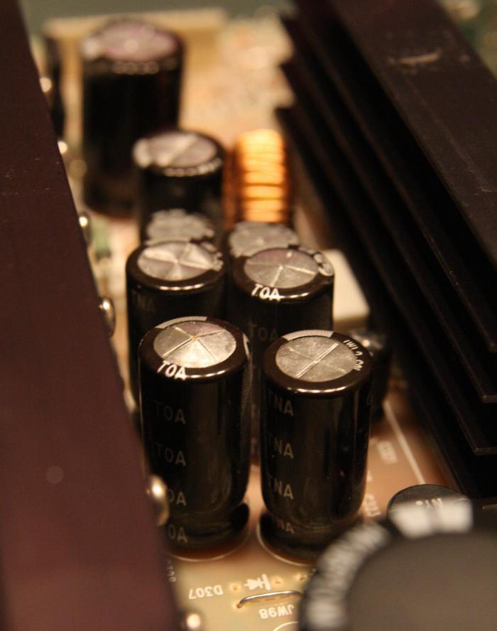 Připojte kondenzátor rockford fosgate